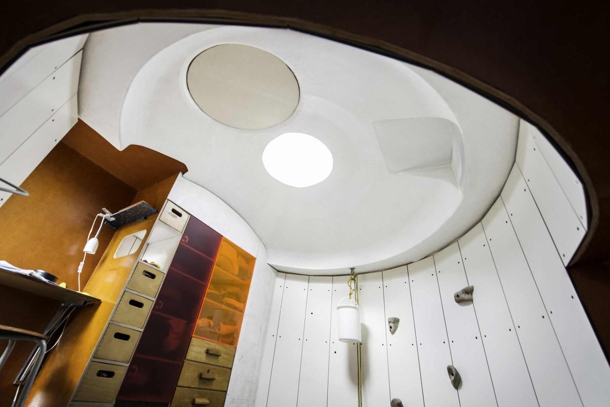 Für natürliches Licht sorgt ein Skylight in der Decke des Silos. Nachts kann Jan dadurch die Sterne sehen.