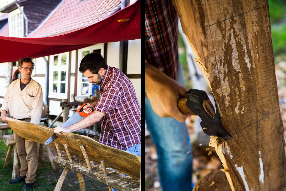 Sascha Borrée längt Bretter mithilfe eines Fuchsschwanzes ab. Er benötigt sie für den Bau seines Insektenhotels und nutzt danach ein Beil für die Seiten.