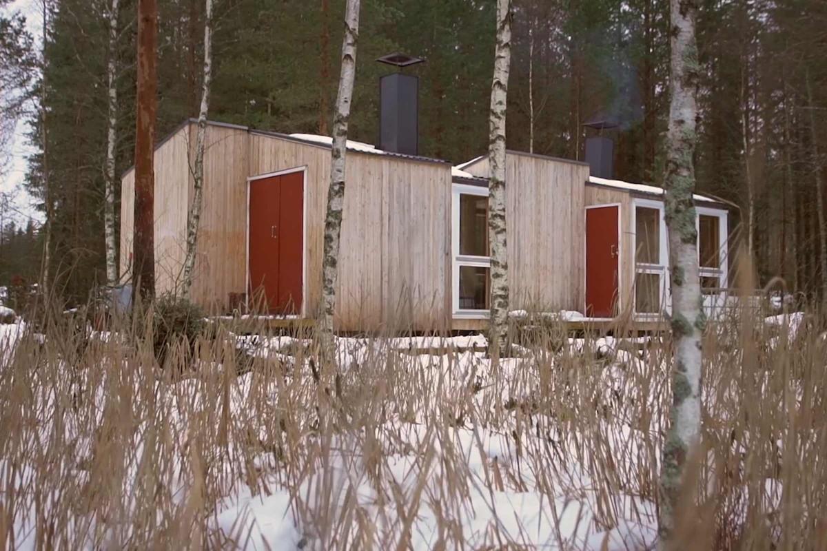 Das Haus von Timm und Jonas fügt sich in die Umgebung ein.