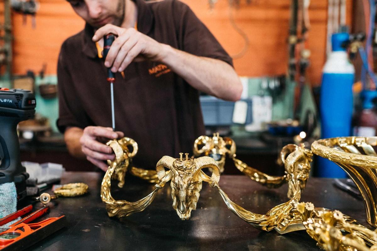 In Régis Mathieus Atelier im südfranzösischen Lubéron, in dem Kronleuchter hergestellt werden, hat jeder Mitarbeiter sein Spezialgebiet. Aber jeder ist fähig, auch alle anderen Arbeitsschritte zu übernehmen.