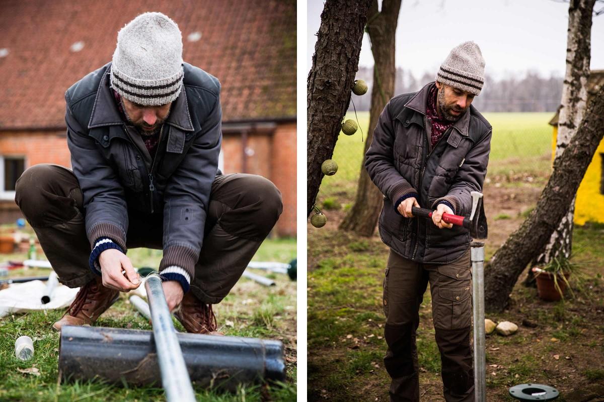 Sascha Borrée wickelt Hanffaser ins Gewinde des Brunnenrohres, um es abzudichten und treibt das Rohr für seinen ersten selbst gebauten Gartenbrunnen tiefer in den Schlamm.