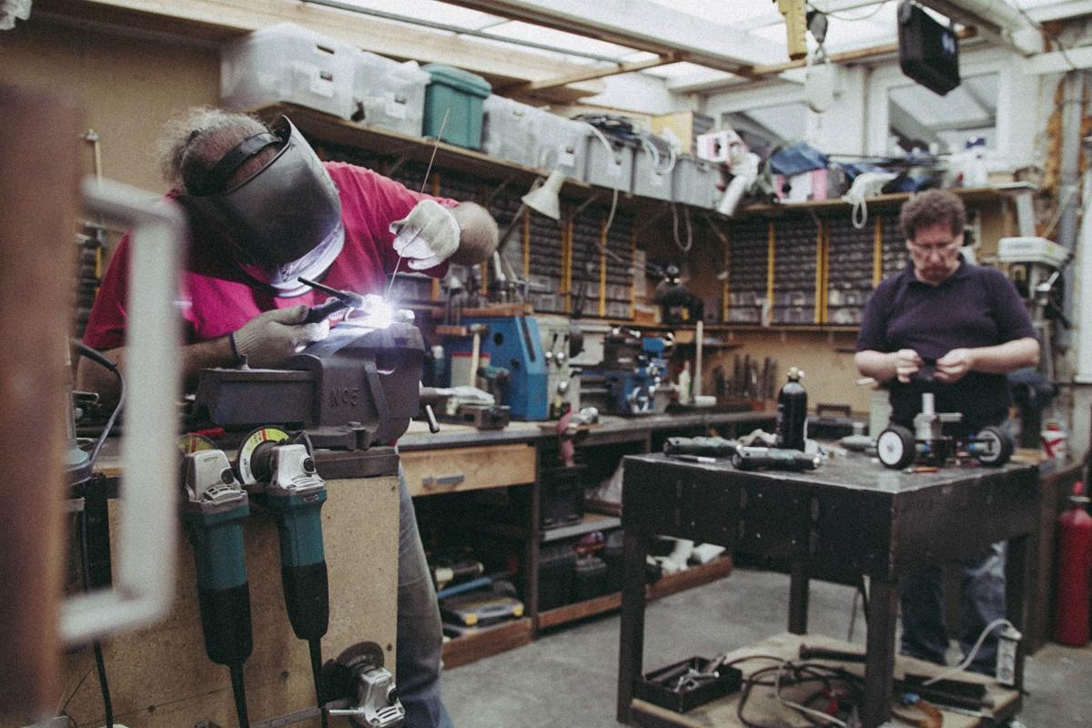 Das Team RCC arbeitet in ihrer Werkstatt an den Kampfrobotern;