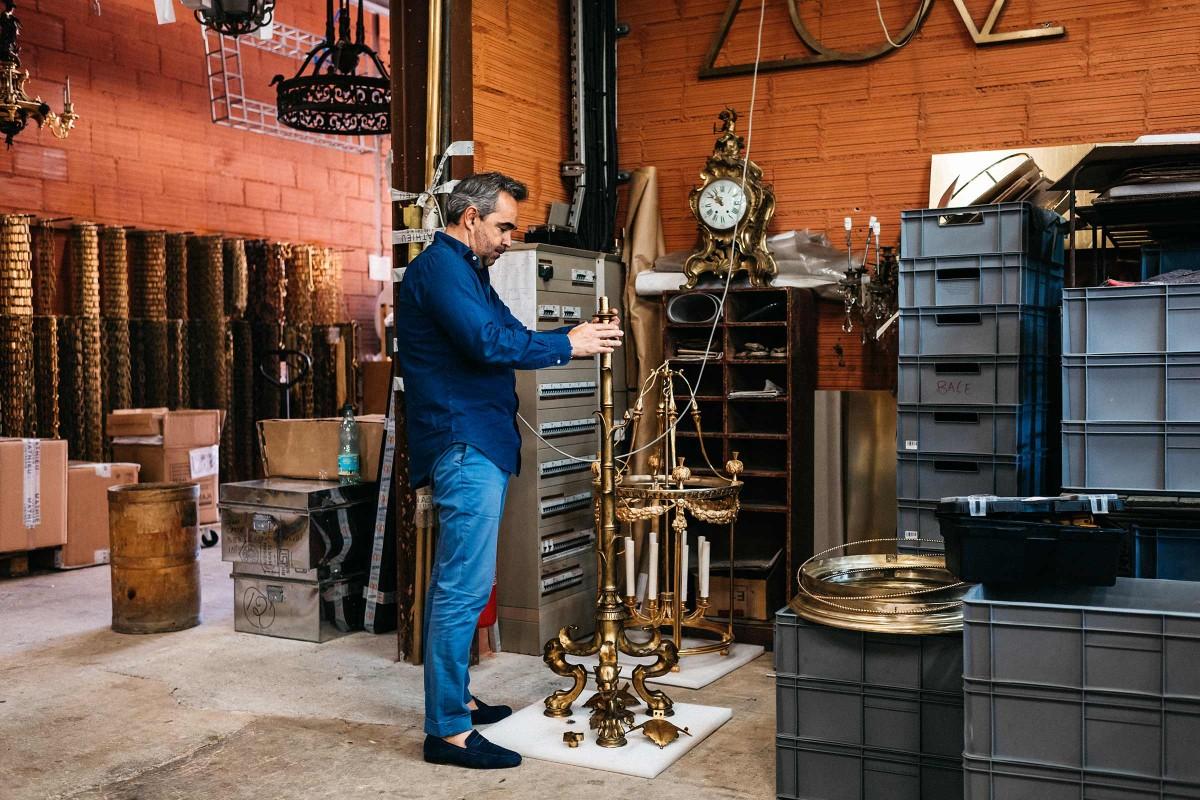 Régis Mathieus Devise: Das Licht steht im Dienst des Kronleuchters. In seinem Atelier werden Kronleuchter in Handarbeit hergestellt. Es befindet sich in einer restaurierten ehemaligen Ockerfabrik im südfranzösischen Lubéron.