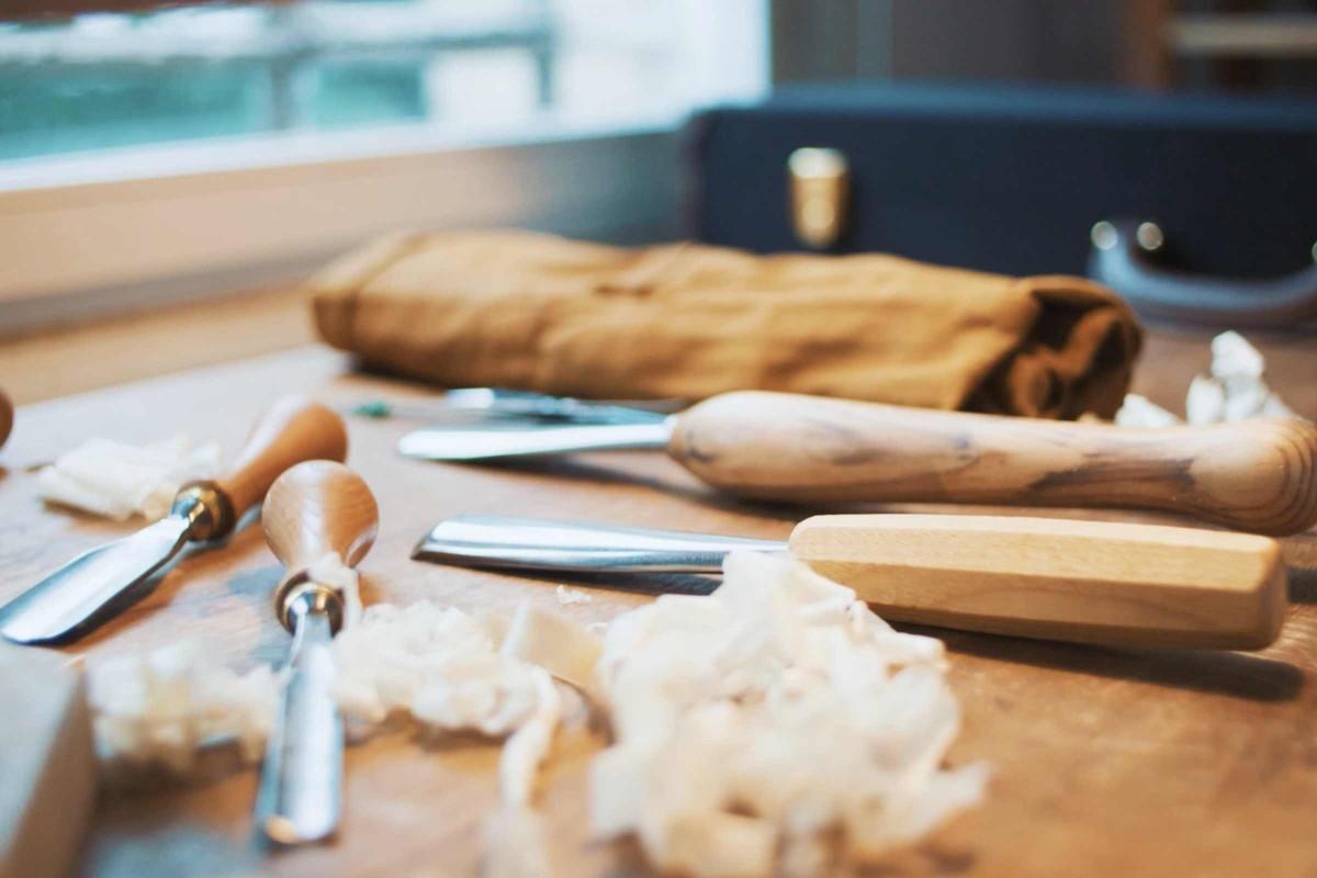 Verschiedene Stechbeitel liegen in der Werkstatt von Antonia Meyer.