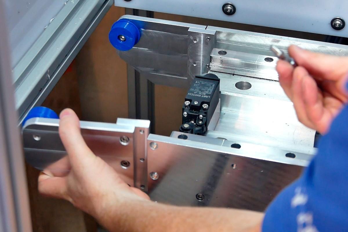 Zusammenbau einer selbst entworfenen und gebauten CNC Fräse