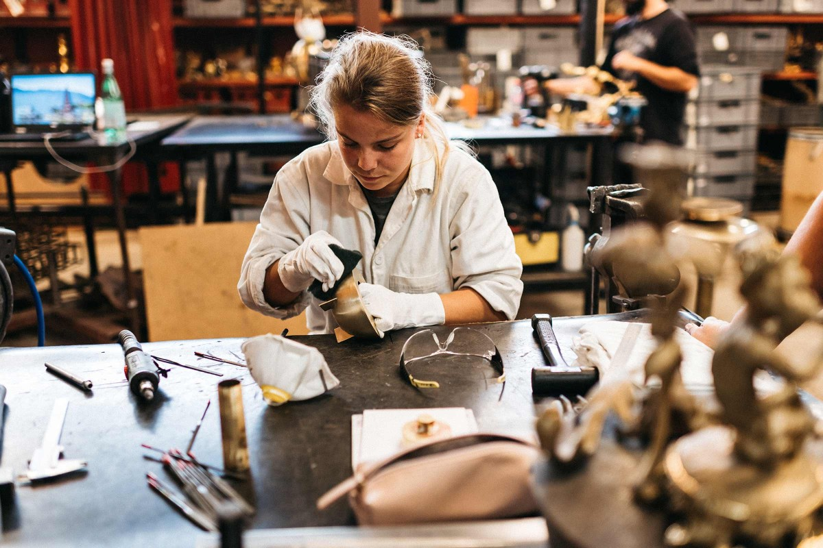 Kleine Fehler wie Minikratzer werden in Régis Mathieus Atelier wegpoliert.