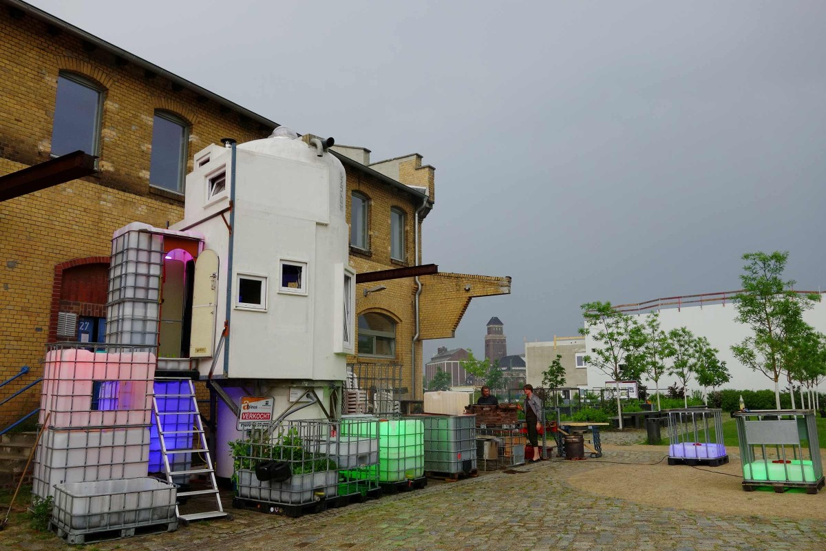 Äußerlich wirkt das Silo beinahe wie ein Raumschiff, das mitten in Berlin gelandet ist.