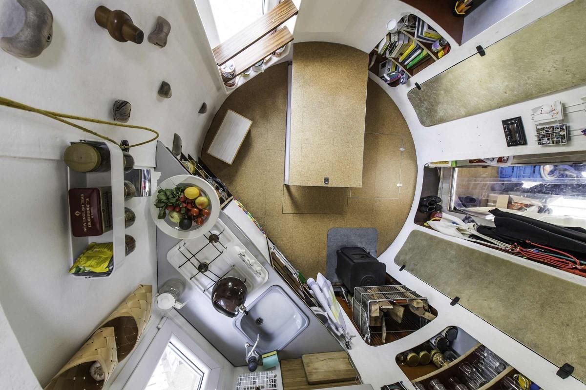 Im Juli 2013 zogen sie mit dem Silo nach Berlin um. Neben einer kleinen Küche fand auch ein Ofen seinen Platz im ehemaligen Silo.