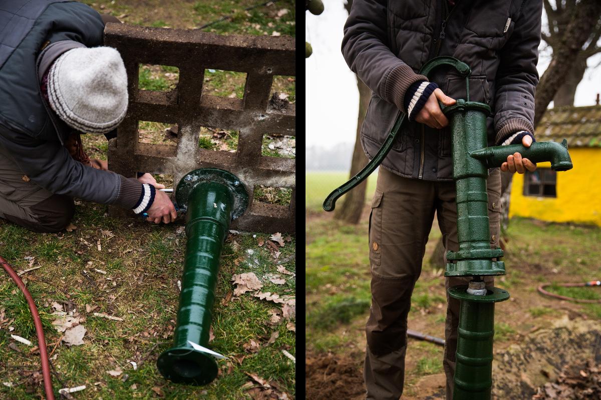 Autor Sascha Borrée setzt die Handschwengelpumpe unten an eine Betonplatte, die als Fundament für den selbst gebauten Gartenbrunnen dient, setzt sie aufs Brunnenrohr und schraubt sie am Rohr fest.